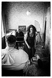 """Performance von Markus Beuter und Laureline Koenig für 1 Person in den Räumen der ehemaligen Synagoge in Viljandi. Projekt """"Burning borders"""" als Beitrag zu den """"Hanseliveartworks""""."""