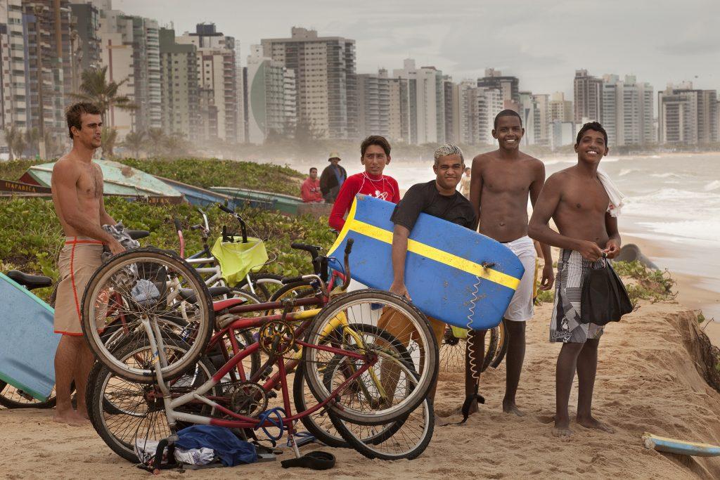 BrasilienSurfer vor der Skyline von Vitória.