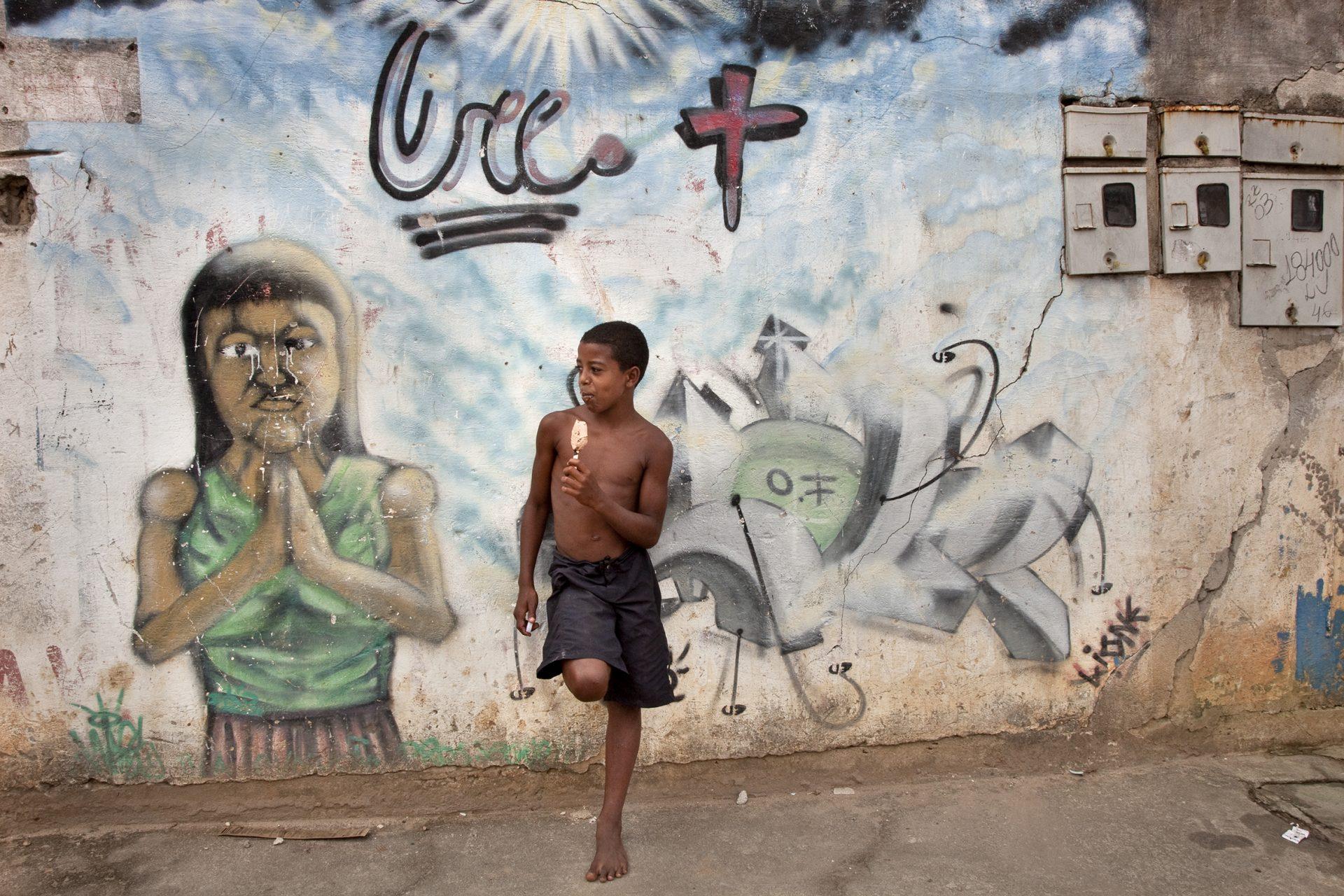BrasilienFavela Sáo Pedro: Überall im Viertel sieht man riesige Graffittis