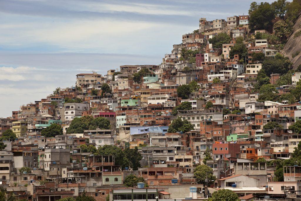 Favela Sáo Pedro: Die Häuser kleben fast am Berghang.