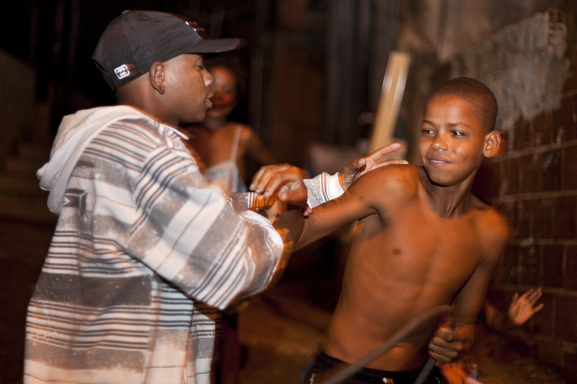 Favela Sáo Pedro: Jugendliche streiten sich.